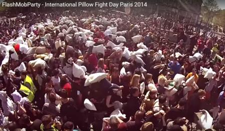 pillowFightParis2014